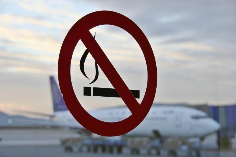 Гражданина Азербайджана сняли с авиарейса в Нур-Султане за курение на борту