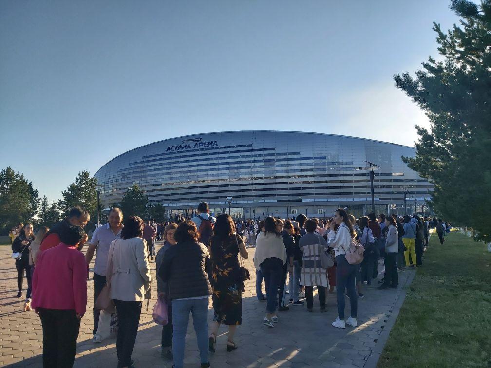Поклонники со всего мира выстроились в огромные очереди на концерт Димаша