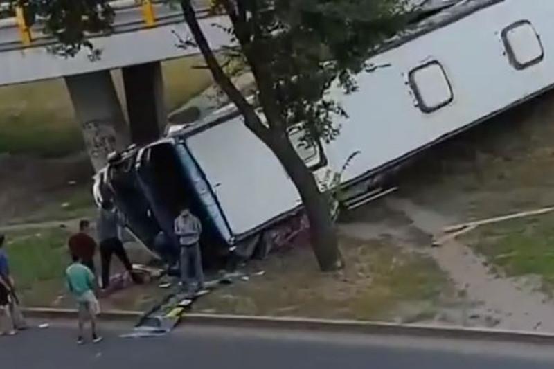 Пассажирский автобус слетел с моста в Алматы: пострадал один человек