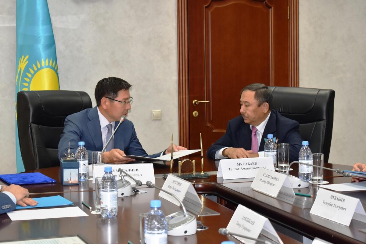 Министр Аскар Жумагалиев поздравил Талгата Мусабаева с космическим юбилеем