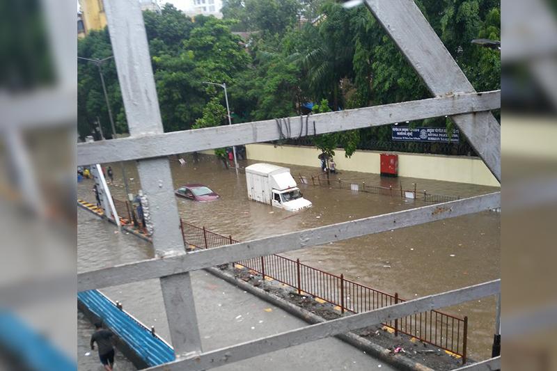印度孟买降雨引发墙体垮塌致16人死亡