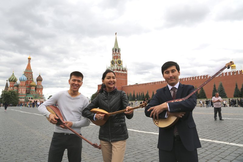 Kazakhstanis play dombra in Moscow's Red Square
