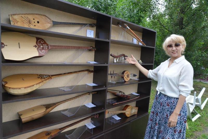 В ВКО первым новорожденным в День домбры подарили национальный музыкальный инструмент