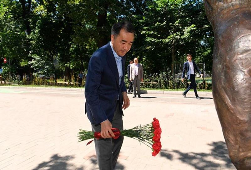 Аким Алматы возложил цветы к мемориалу Дениса Тена