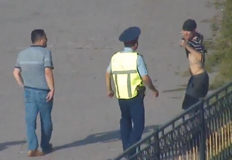 Мужчину с ножом обезвредили столичные полицейские