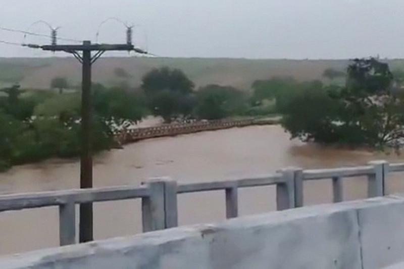 巴西暴雨致大坝溢流