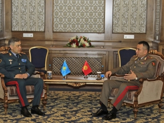 Kazakh, Kyrgyz defense ministers discuss military coop