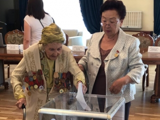 Kazakh-born actress, 102, gives her vote in Bishkek