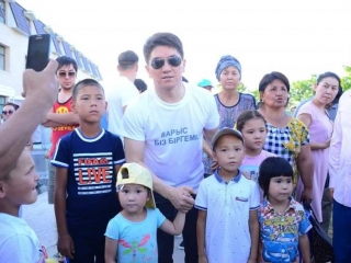 Kazakh popstars give helping hand to Arys residents